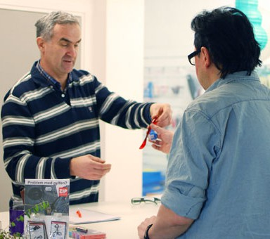 Bild på Aleksa och Eduardo som arbetar i butiken